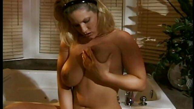 Babe si rilassa con scaricare video porn il suo dildo collezione