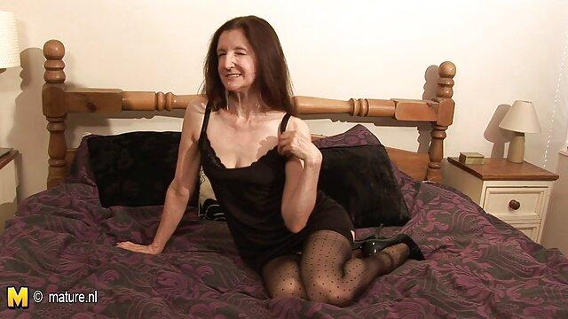 Bruna con scaricare video porn grandi tette sedurre due ragazzi