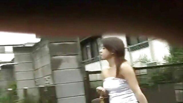 Le ragazze film porno completi da scaricare giapponesi dominano la schiava, la sua cagna, picchiandole con la frusta e facendole succhiare le scarpe col tacco di lei