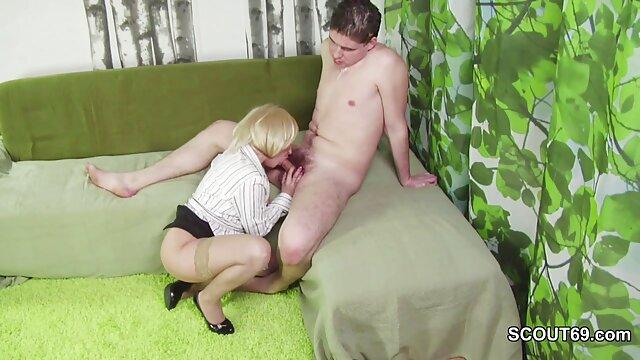 Ragazza porno per scaricare cazzo e succhiare in un club party